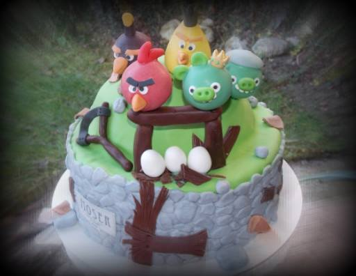 Bunte Torte mit Angry Birds Cake Pops