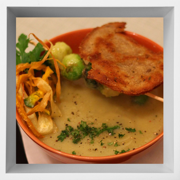 Delikatess Kohl Suppe mit Brot Chips